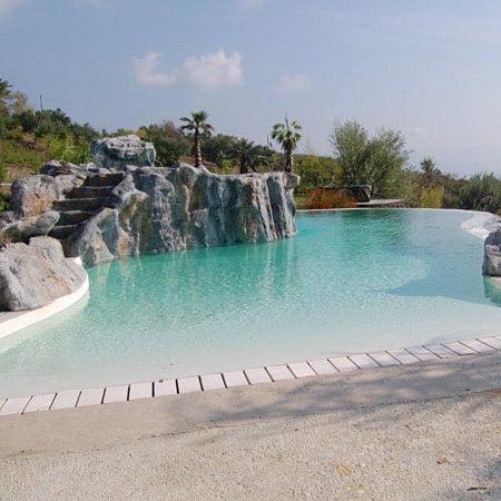piscine con rocce artificiali